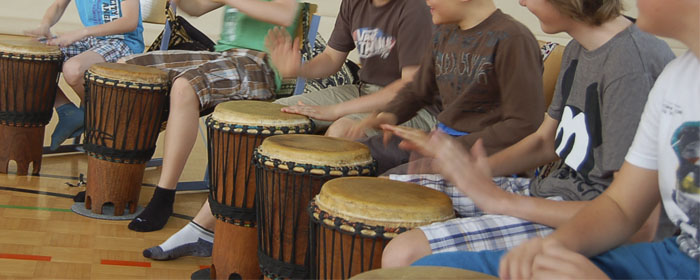 """Erlebnis_-_Trommelworkshop_""""Afrika""""_fuer_Schulklassen_www_klang-bild_co_at"""