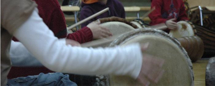 Rhythmusfortbildung, Trommelworkshop, afrikanisches Trommeln auf der Djembe bei der Lehrerfortbildung - www.klang-bild.co.at