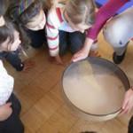 Klangerlebnisse beim Klangworkshop Hören Staunen Fühlen - in der Grundschule bei www.klang-bild.co.at