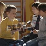 Klangschalenmassage, Klangworkshop Hören Staunen Fühlen - in der Grundschule bei www. klang-bild.co.at