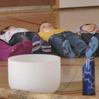 Klangerlebnisse beim Klangworkshop Hören Staunen Fühlen - in der Volksschule bei www.klang-bild.co.at