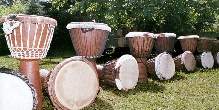 Abbildung: afrikanische Djembe-Drums. Leihtrommeln zu den Trommelworkshops und Trommelkursen.