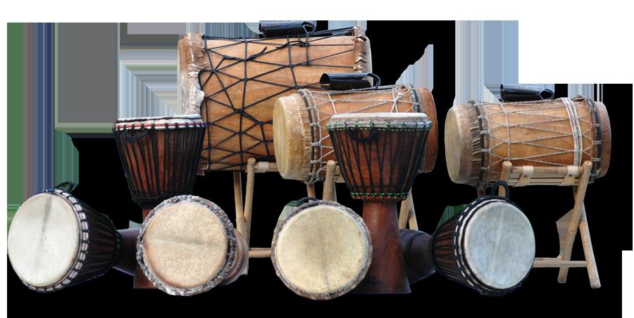 Abbildung: Trommelkursinstrumente, Djembe-Handtrommeln und Basstrommeln mit Eisenglocken