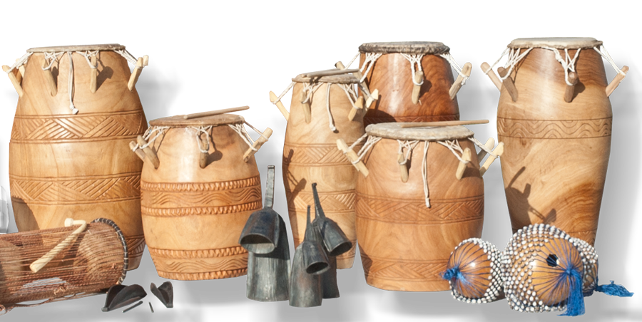 Abbildung: Trommeln von Ghana, Sogo-Drum, Kagan-Drum, Kpanlogo-Drum, Kidi-Drum, Gankogui-Bel, Apitua-Bel, Axatse-Kürbisrassel, Dondon-Takingdrum