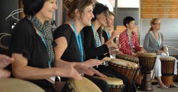 Trommelworkshop- und Trommelkurse. Djembe spielen in den Alpen - bei www.klang-bild.co.at